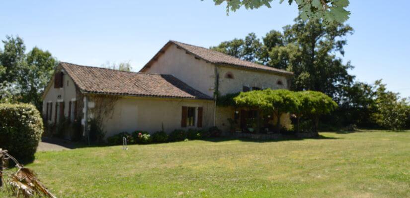 Maison ancienne avec dépendances, gîte et piscine sur 1,6 ha