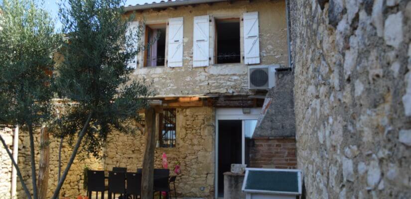 Maison de village en pierres de 4 ch avec petit jardin